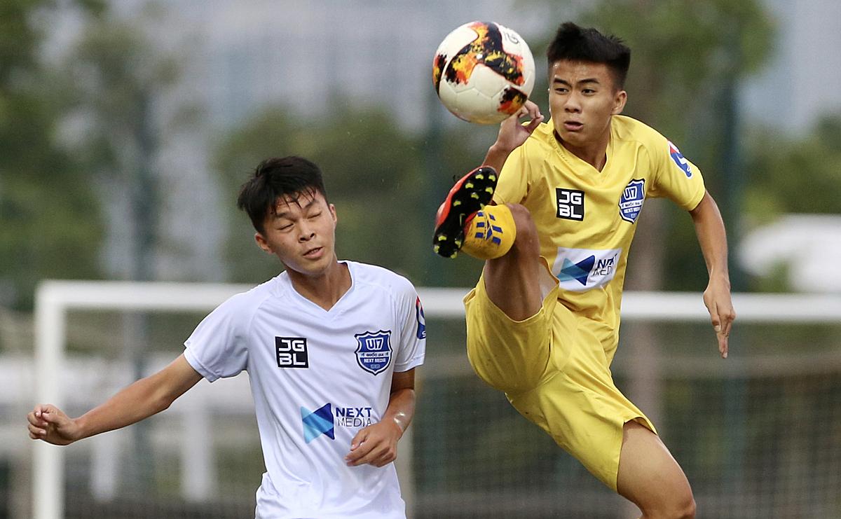 Lối chơi quyết liệt và tốc độ của cầu thủ SLNA (áo vàng) khiến đối thủ khó khăn triển khai tấn công. Ảnh: Trương Thu Trang.