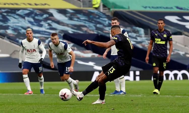 Wilson đá phạt đền thành công, mang về một điểm cho Newcastle. Ảnh: PA.