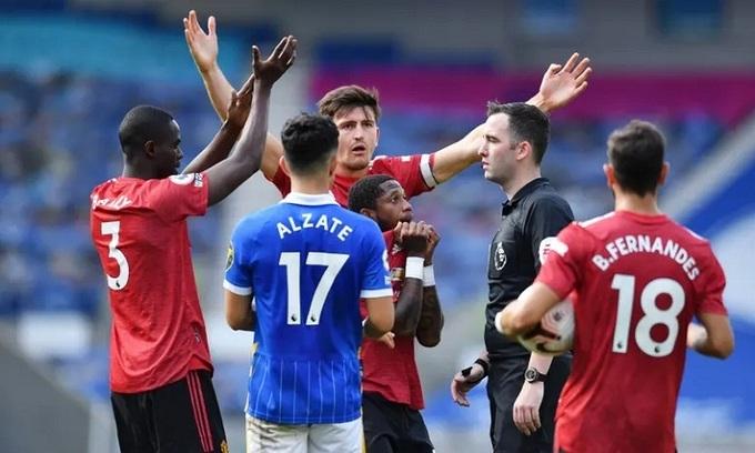 Hàng thủ Man Utd để lộ nhiều khoảng trống ở cánh phải và may mắn chỉ thua hai bàn trước Brighton. Ảnh: Reuters.