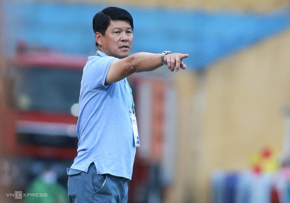 HLV Vũ Tiến Thành chỉ đạo khi Sài Gòn FC thua 0-1 khi tới làm khách của Viettel ngày 26/9. Ảnh: Lâm Thoả