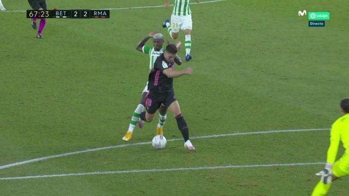 Sự cân bằng của trận đấu mất đi sau tình huống Emerson phạm lỗi với Jovic và nhận thẻ đỏ.
