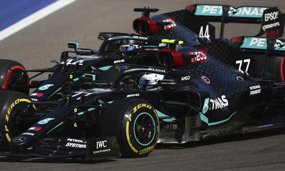 Bottas (xe số 77) vượt lên trên Hamilton (xe số 44) ngay Turn 1 vòng đầu. Ảnh: AP