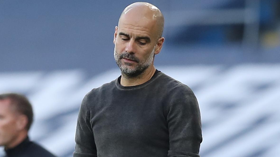Guardiola ngao ngán với màn trình diễn của Man City. Ảnh: AP.