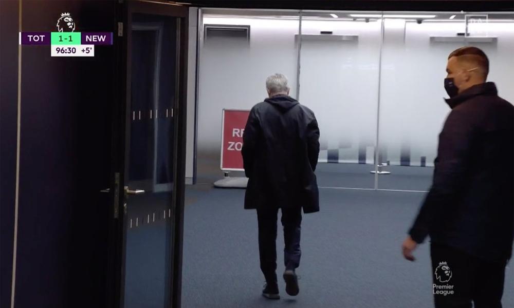 Mourinho bỏ về phòng thay đồ sau khi đội nhà bị thổi phạt đền và thủng lưới ở phút bù giờ.