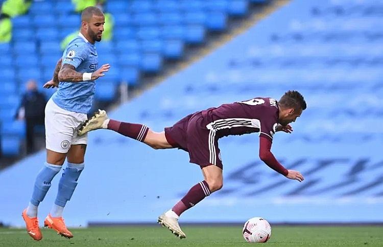 Vardy mang về quả phạt đền rồi sau đó đá thành công để gỡ hòa cho Leicester. Ảnh: Reuters.