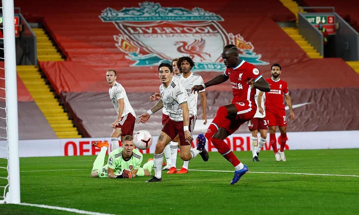 Mane gỡ hòa cho Liverpool bằng cú đệm lòng cận thành. Ảnh: AFP.