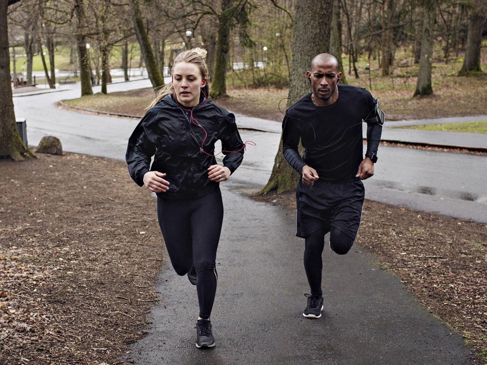 Chạy bộ là một trong những cách giảm cân đơn giản mà hiệu quả. Ảnh: Maskot/Getty Images.