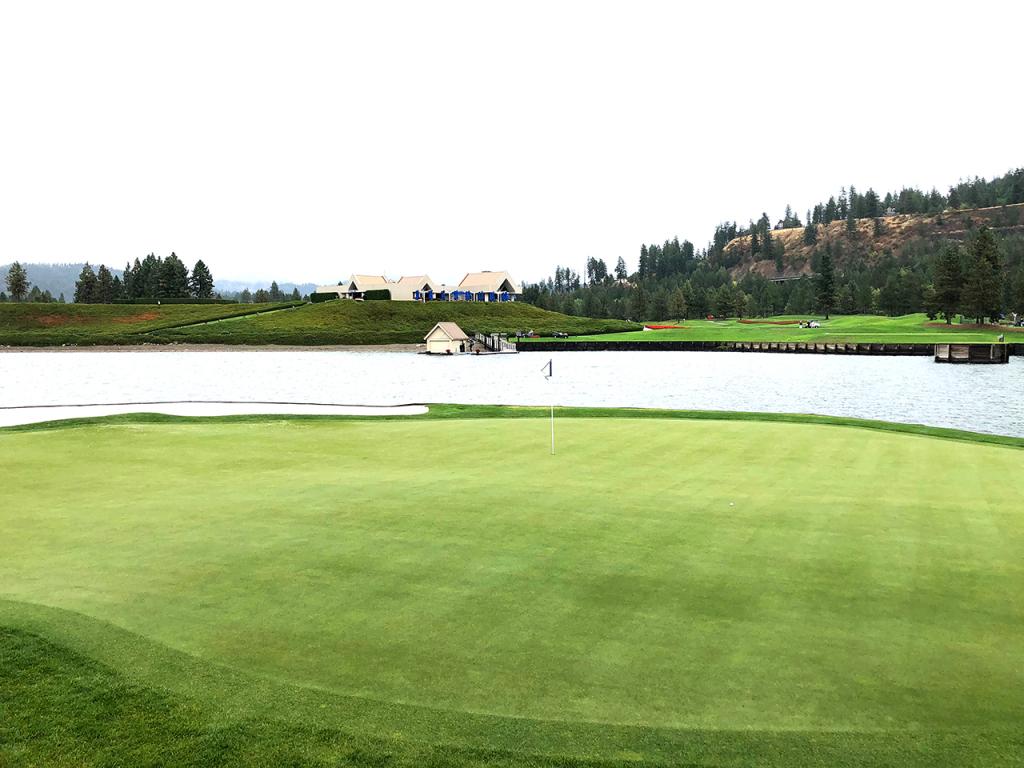 Tầm nhìn từ green trên đảo nổi về hướng khu phát bóng hố 14. Ảnh: Golfweek.