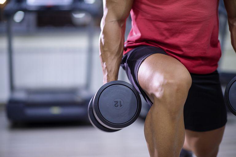 Tập tạ là một hình thức rèn luyện sức mạnh cơ bắp. Ảnh: Milanvirijevic/Getty Images.