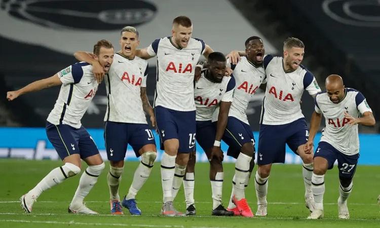 Cầu thủ Tottenham vui mừng sau khi giành chiến thắng kịch tính. Ảnh: Reuters.