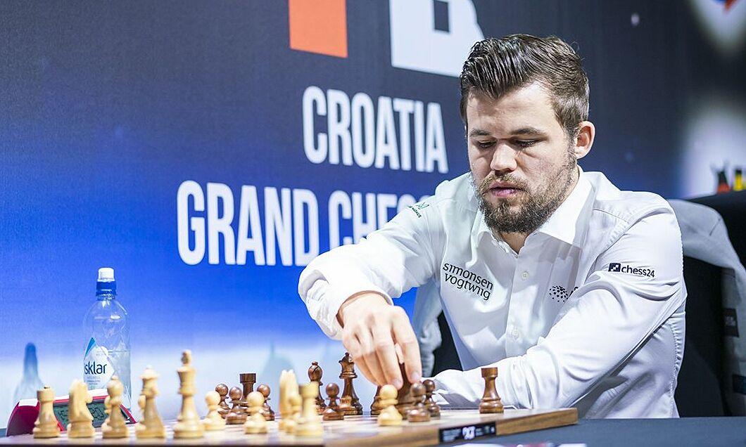 Carlsen trong trận đấu với Anish Giri owrr Grand Chess Tour 2019. Ảnh: Chess.com