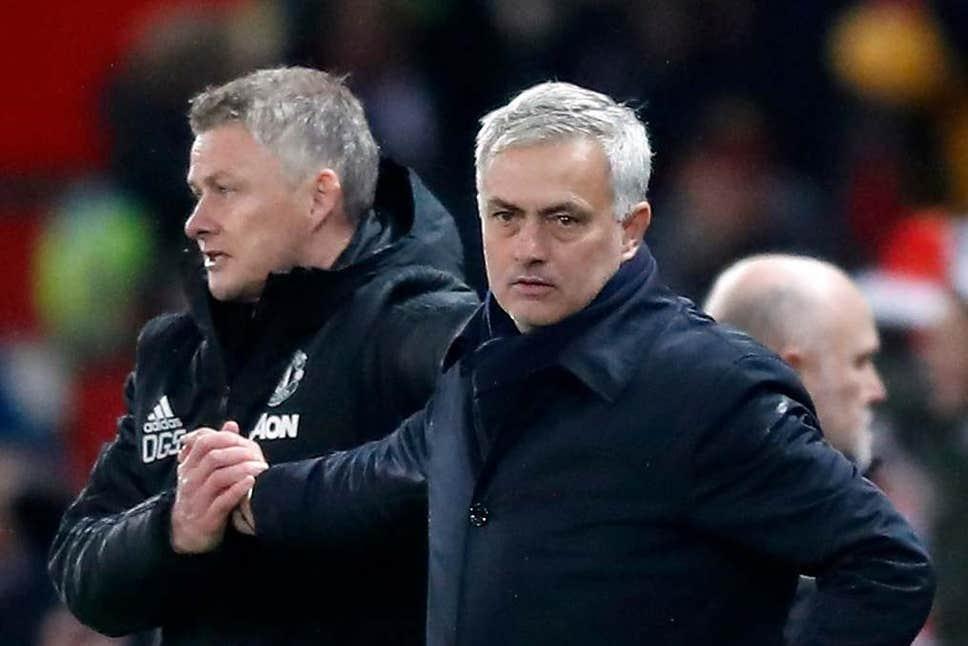 Solskjaer (trái) bắt tay Mourinho, sau trận đấu ở Ngoại hạng Anh tháng 12/2019 trên sân Old Trafford. Ảnh: PA.