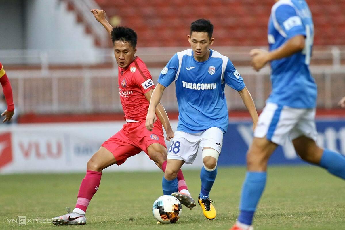Hai Long (áo xanh) chơi nổi bật trong hàng tiền vệ Quảng Ninh. Ảnh: Đông Huyền.