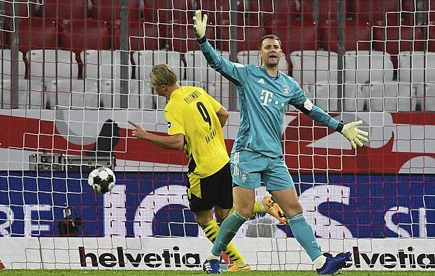 Haaland in dấu giày trong cả hai bàn thắng của Dortmund. Ảnh: AP.