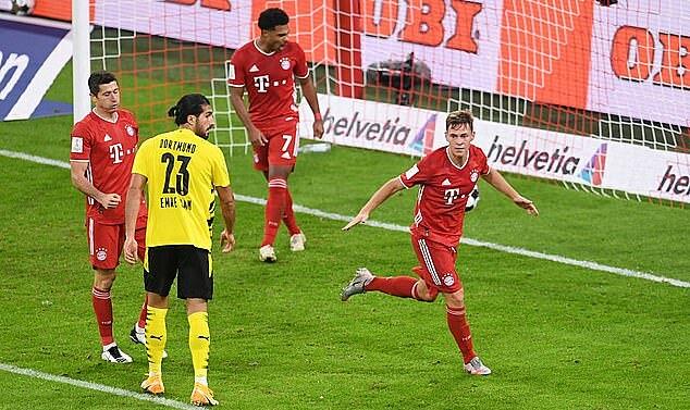 Kimmich (phải) mừng bàn ấn định vào lưới Dortmund. Ảnh: Reuters.