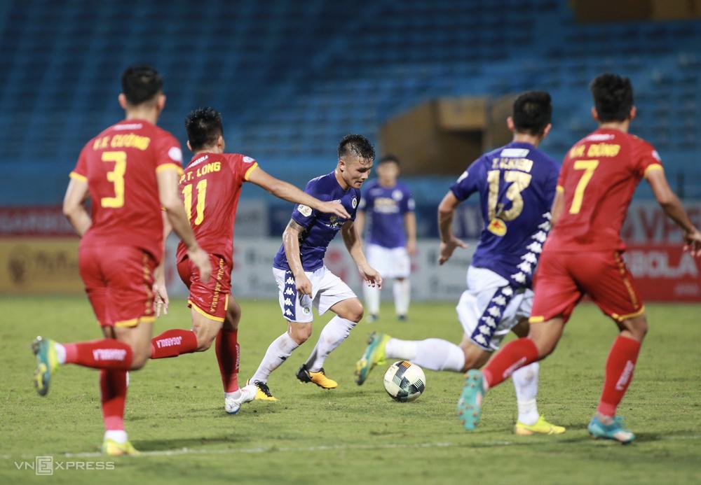 Quang Hải không thể xâm nhập vòng cấm Thanh Hoá khi được tung vào sân ở hiệp hai trận đấu ngày 1/10. Ảnh: Lâm Thoả