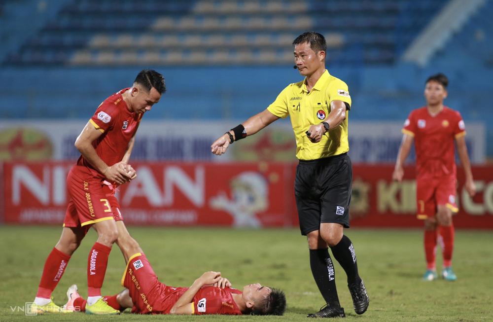 Hiệp hai cầu thủ Thanh Hoá liên tục nằm sân, Hà Nội cho rằng đối thủ câu giờ. Ảnh: Lâm Thoả