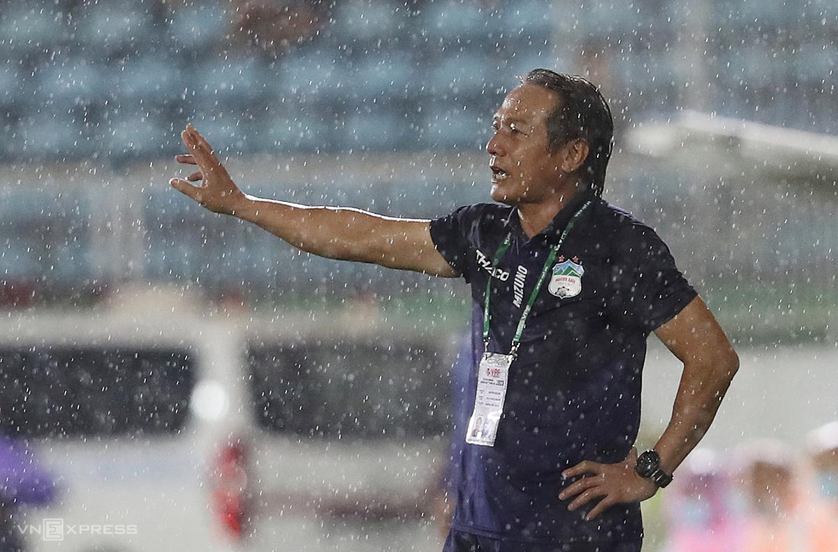 HLV Nguyễn Văn Đàn chỉ đạo cầu thủ trong lần đầu được bầu làm HLV trưởng. Ảnh: Đức Đồng.