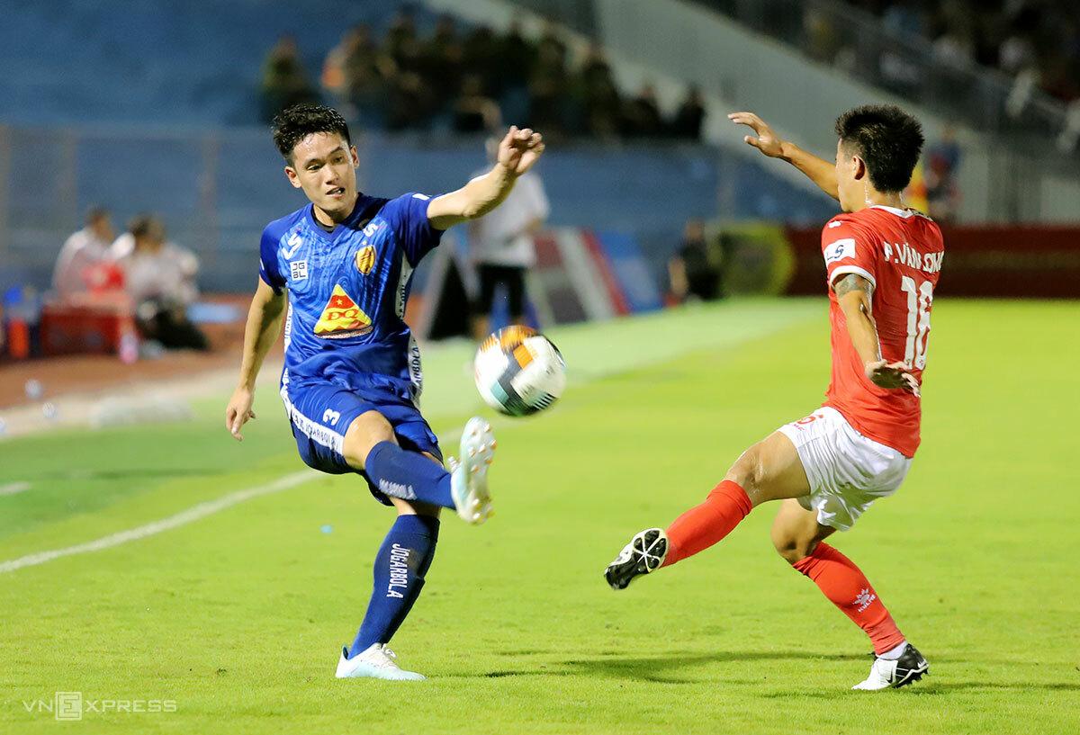 Huỳnh Tấn Sinh (áo xanh), ngôi sao của U23 Việt Nam không để lại nhiều dấu ấn trước Hà Tĩnh. Ảnh: Đức Hùng