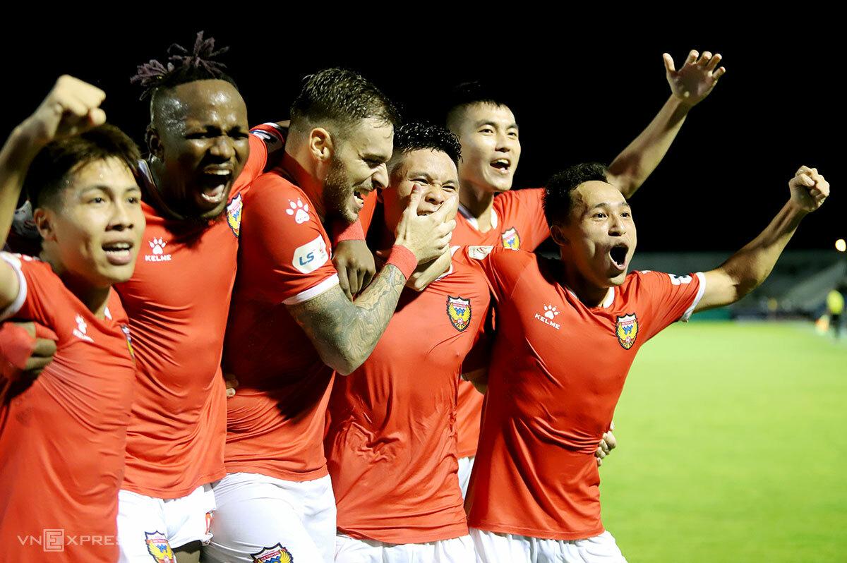 Niềm vui của cầu thủ Hà Tĩnh sau khi lọt vào tốp 8 V-League. Ảnh: Đức Hùng