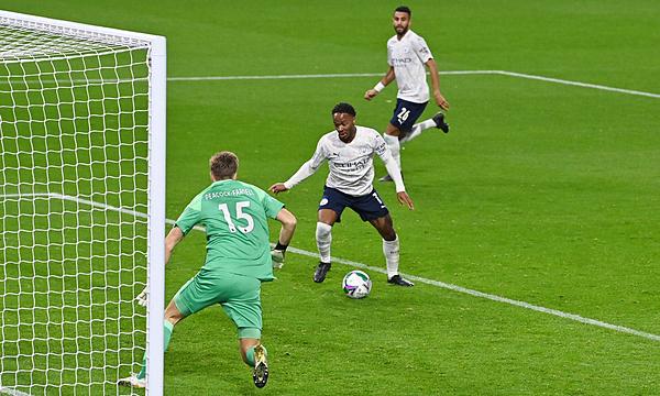 Tình huống Sterling ghi bàn nâng tỷ số lên 2-0. Ảnh: Reuters