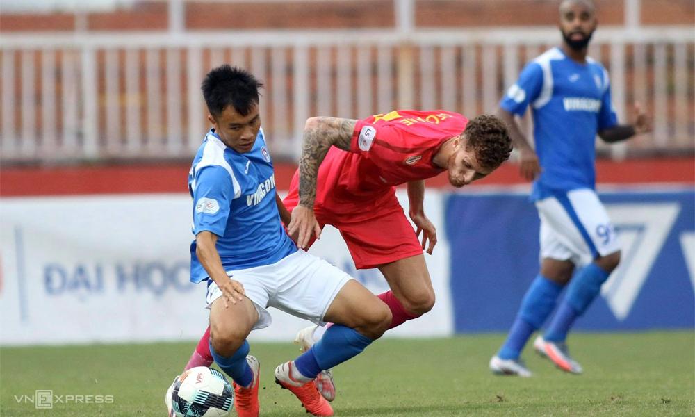Sài Gòn FC (áo đỏ) đang giữ đỉnh bảng, nhưng không có quá nhiều lợi thế trên đường đua vô địch. Ảnh: Đông Huyền
