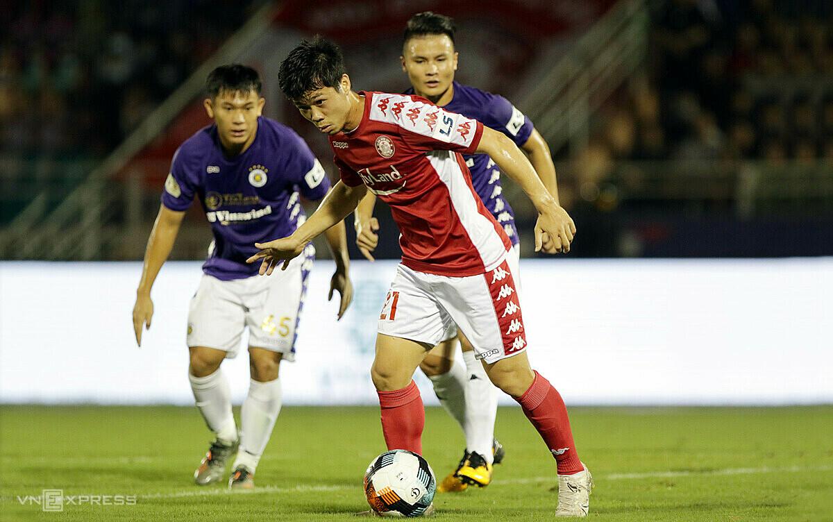 Công Phượng đối đấu Quang Hải trong trận thua 0-3 trên sân Thống Nhất vòng 11 V-League 2020. Ảnh: Đức Đồng.