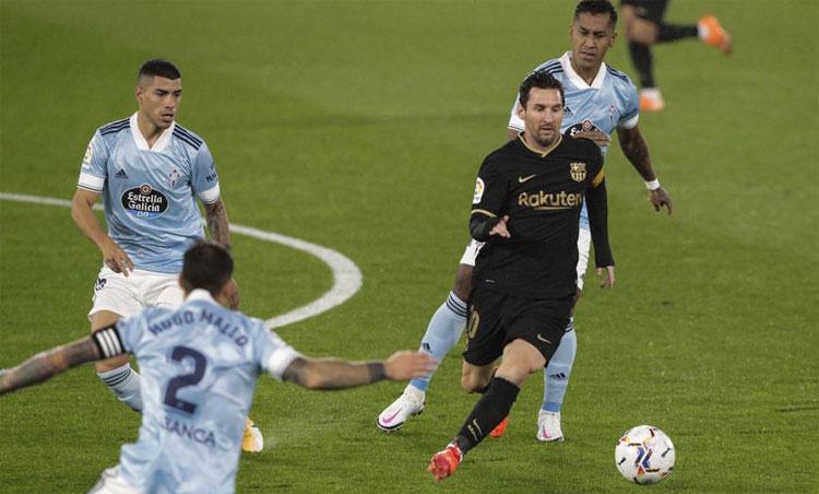 Messi tiếp tục chinh phục người xem bằng những pha đi bóng qua người biến ảo.