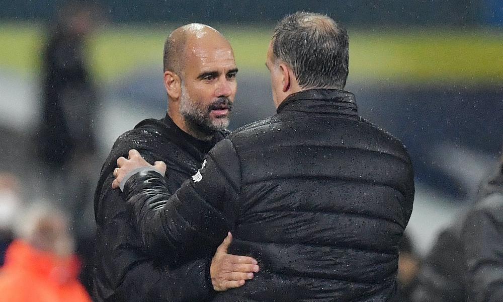 Guardiola chào hỏi thần tượng Bielsa trước trận đấu. Sau trận, ông còn đùa vui với Bielsa. Ảnh: Reuters