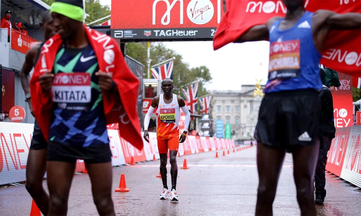 Kipchoge không giấy thất vọng khi về thứ tám tại London Marathon 2020. Ảnh: PA