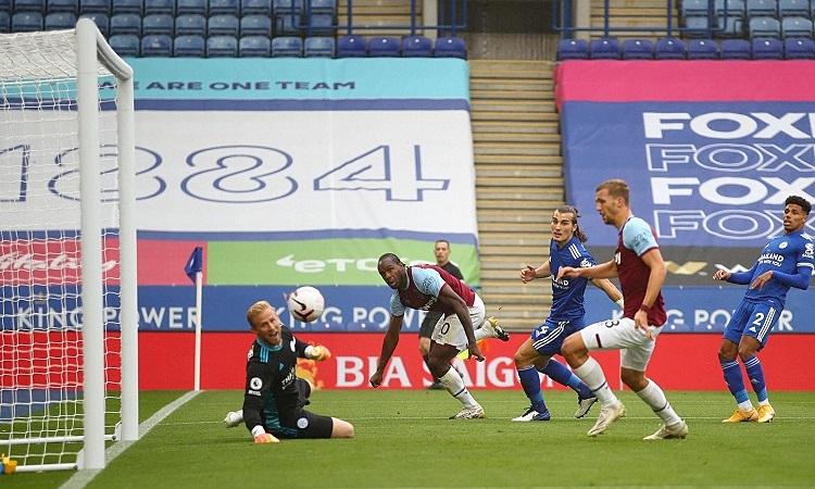 Antonio mở tỷ số cho West Ham với một pha đánh đầu cận thành. Ảnh: Reuters.