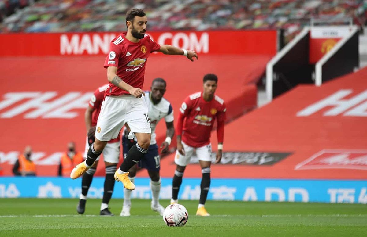 Bruno Fernandes mở tỷ số trên chấm 11m cho Man Utd. Ảnh: Reuters.