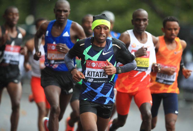 Kipchoge dần đuối sức và rớt lại từ khoảng kilomet thứ 35. Ảnh: Reuters