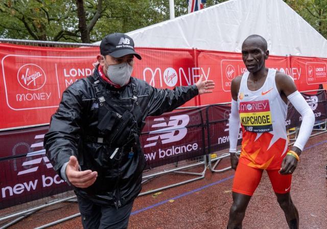 Kipchoge lặng lẽ rời đường đua sau khi về đích. Ảnh: Reuters