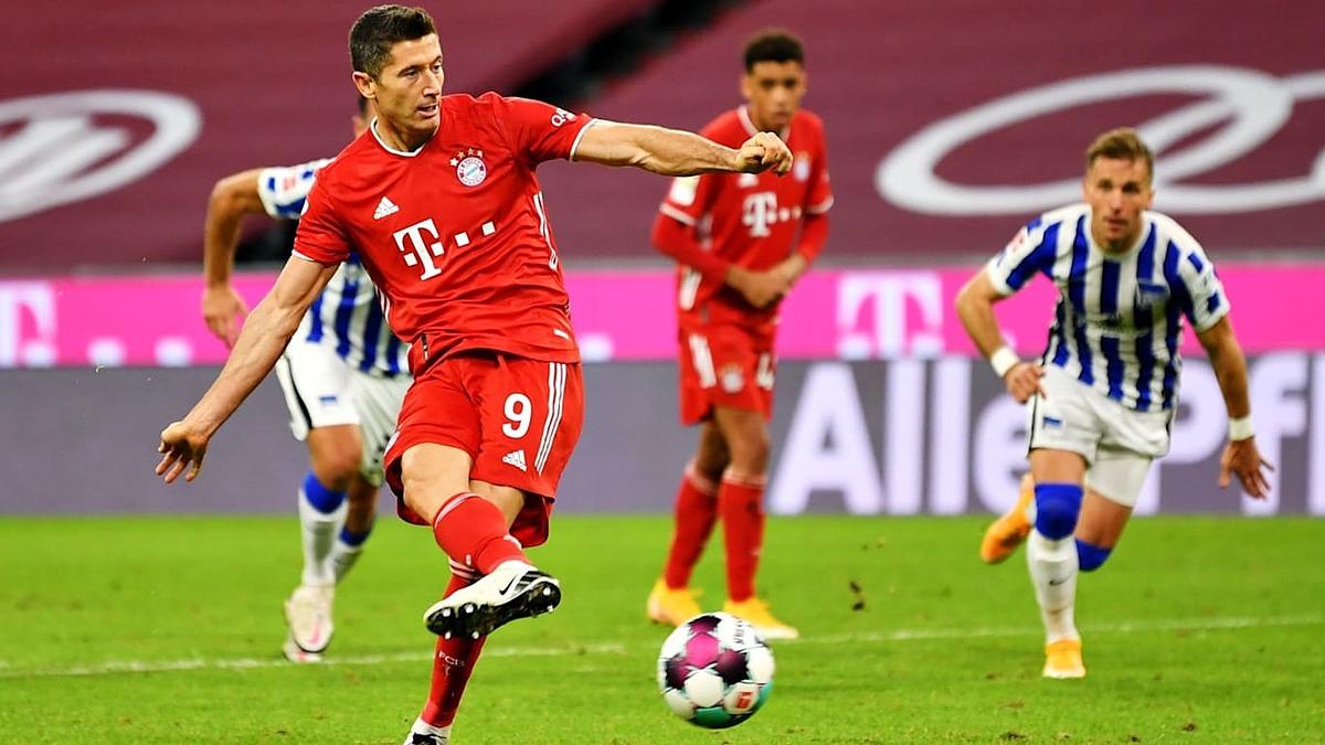 Quả đá phạt đền quyết định của Lewandowski, mang chiến thắng về cho Bayern. Ảnh: FCB.
