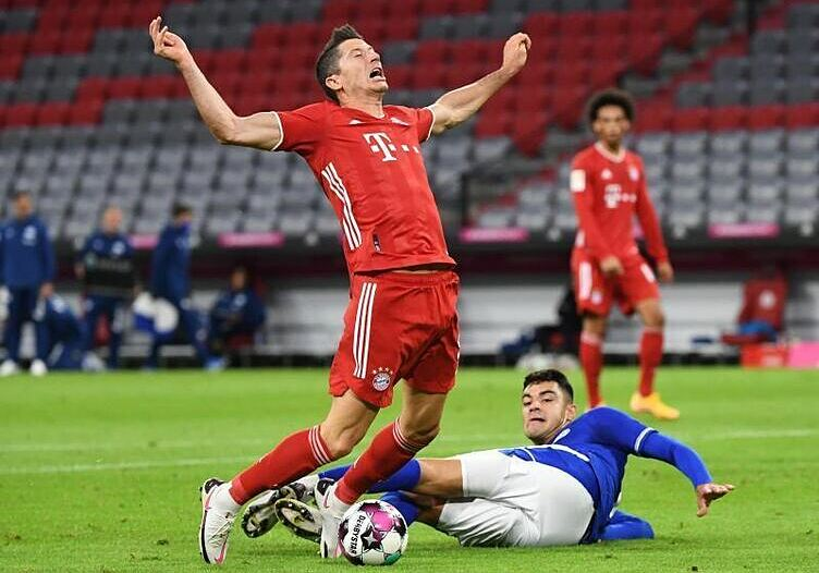 Tình huống Lewandowski (trái) bị phạm lỗi dẫn tới phạt đền. Ảnh: DPA