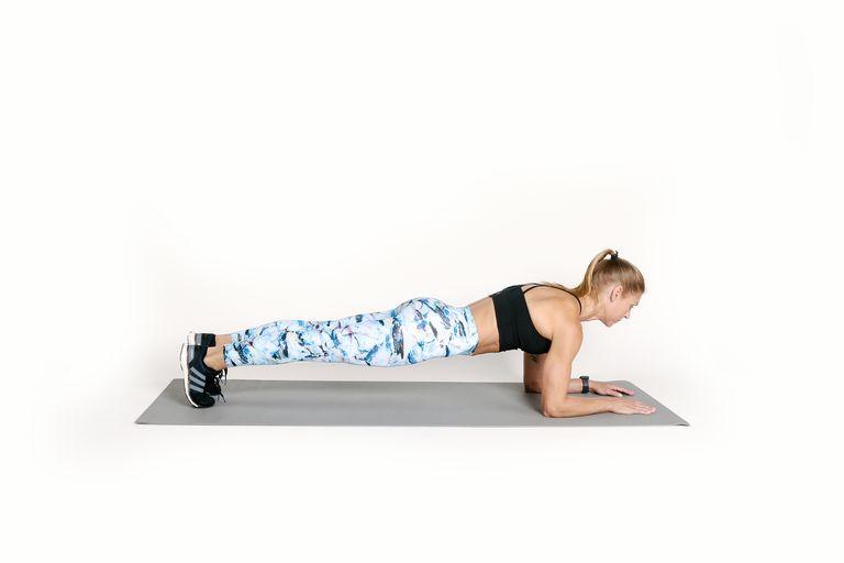 Bài tập Plank dễ thực hiện tại nhà bạn cần chuẩn bị một tấm thảm.