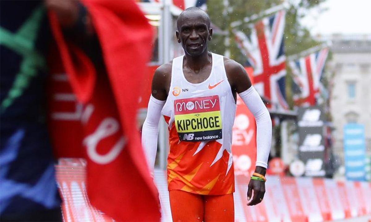 Kipchoge tỏ ra thất vọng khi về đích thứ tám. Ảnh: Reuters