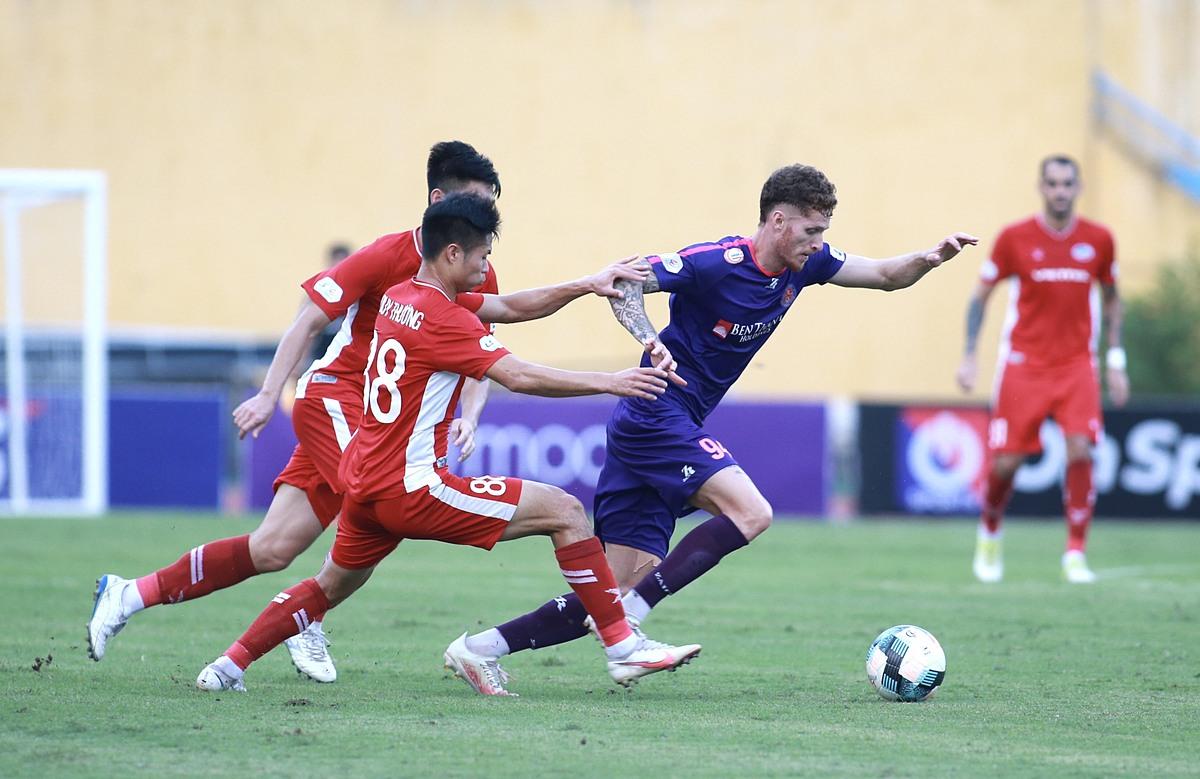 Sài Gòn FC (tím) đang dẫn đầu nhưng chịu sự cạnh tranh quyết liệt của Viettel (đỏ), Hà Nội và thậm chí là TP HCM. Ảnh: Nam Anh.