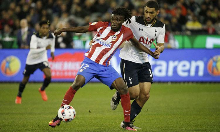 Ở vị trí tiền vệ phòng ngự, Partey (áo sọc đỏ trắng) là một trong những cầu thủ hay nhất La Liga. Ảnh: Reuters.