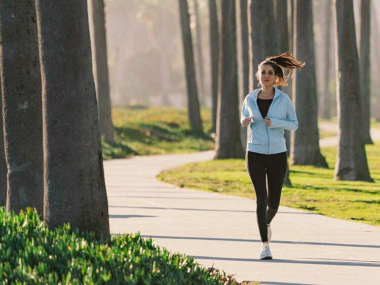 Chạy bộ là một trong những môn thể thao giúp phái đẹp giảm tỷ lệ mắc ung thư vú. Ảnh: Verywell Fit