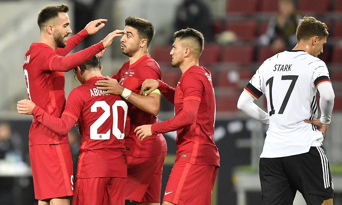 Kenan Karaman (trái) chia vui với các đồng đội sau khi ghi bàn gỡ hoà 3-3 cho Thổ Nhĩ Kỳ trong trận giao hữu với Đức trên sân Cologne hôm 7/10. Ảnh: AP.