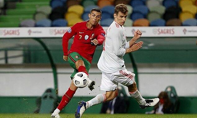 Cú sút chệch cột dọc của Ronaldo ở phút 71, trước khi rời sân. Ảnh: AP