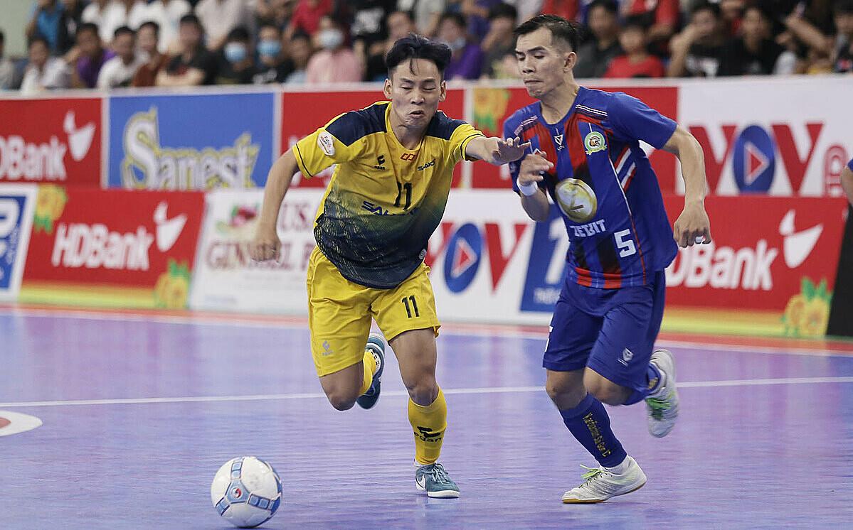 Để thua Sài Gòn FC, Sahako (trái) hụt hơi trong cuộc đua vô địch. Ảnh: Anh Vũ.