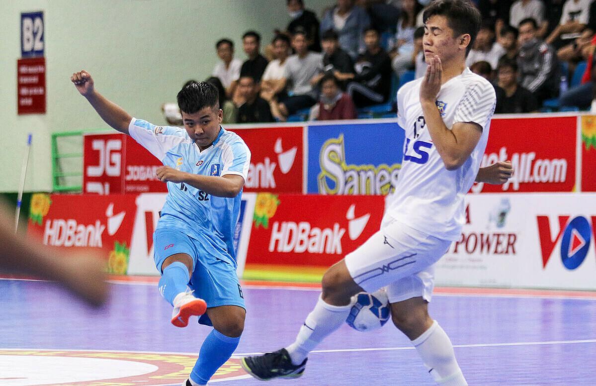 Vietfootball (trái) không thể tạo bất ngờ trước nhà ĐKVĐ Thái Sơn Nam. Ảnh: Anh Vũ.