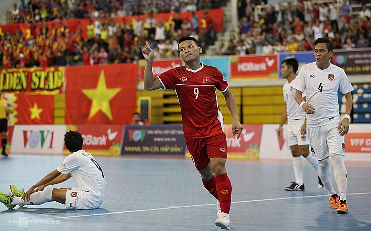 Thái Huy (9) ghi liền hai bàn trong hai phút để đưa Việt Nam dẫn trước 2-0. Ảnh: Đức Đồng.