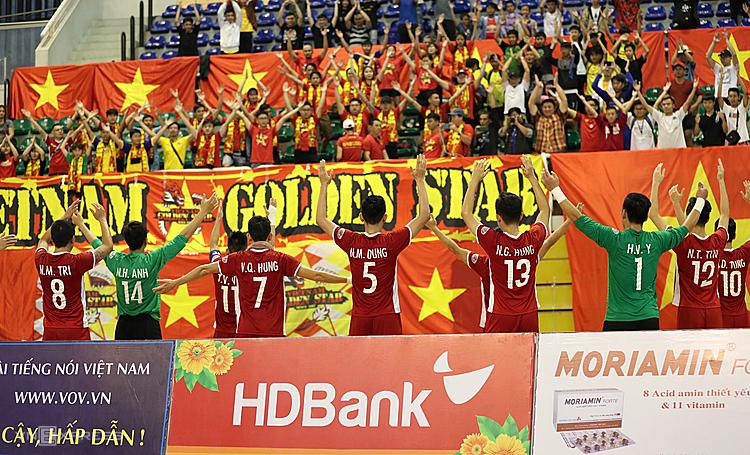 Cầu thủ Việt Nam chia vui với người hâm mộ sau khi giành hạng ba và vé dự giải châu Á. Ảnh: Đức Đồng.