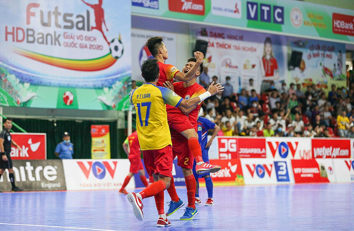 Các cầu thủ Sanvinest Sanatech Khánh mừng trận thắng ngược trước Kardiachain Sài Gòn. Ảnh: Anh Vũ.
