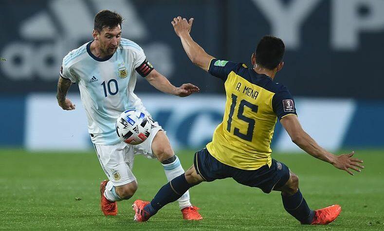 Messi (trái) ghi 39 bàn chính thức, 32 bàn giao hữu trong 139 trận cho Argentina. Ảnh: Reuters
