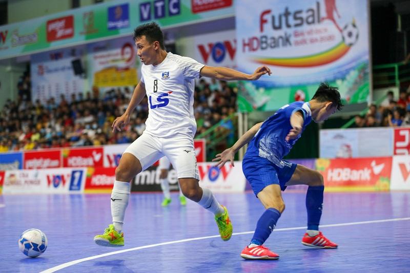 Thái Sơn Nam (áo trắng) chỉ cách chức vô địch hai trận đấu. Ảnh: Anh Vũ.